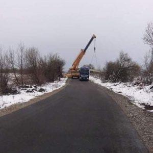 Бетонни стълбове преграждат междуселищни пътища във Великотърновско