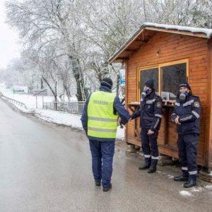 Горнооряховската община храни полицаите по КПП-тата в района