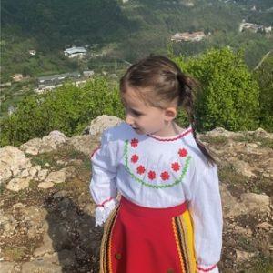 """Деа Михова от детска градина """"Соня"""" изпълнява патриотични песни с пожелания за светли празници"""