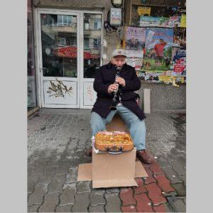 Добри хора осигуряват дърва за огрев на беден уличен музикант