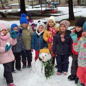 """Зимата радва най-много децата, които с удоволствие правят снежни човеци и се забавляват в заснежения двор на детска градина """"Соня"""""""