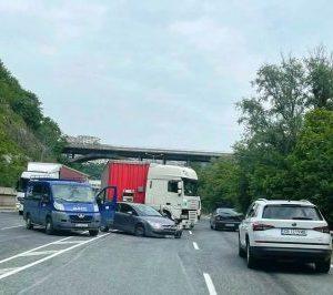 Лека кола отне предимство на ТИР, по чудо ранени няма