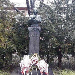 Отрупаха с цветя паметника на Алеко Константинов в родния му Свищов за 158-годишнината от рождението на писателя