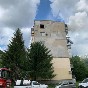 Пожарникари спасиха две деца от горящ апартамент /ВИДЕО/