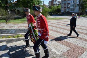 С поднасяне на венци и цветя в Горна Оряховица бе отбелязан Денят на храбростта