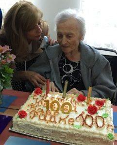Сланина, чесън и ракия си хапва за дълголетие столетницата Рада Цонева