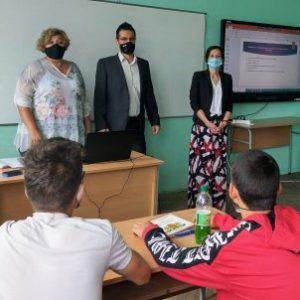 """Магистрати изнeсоха лекции пред ученици в """"часа на класа"""" в СУ """"Вела Благоева"""""""